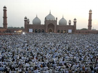 badshahi-mosque-in-prayer